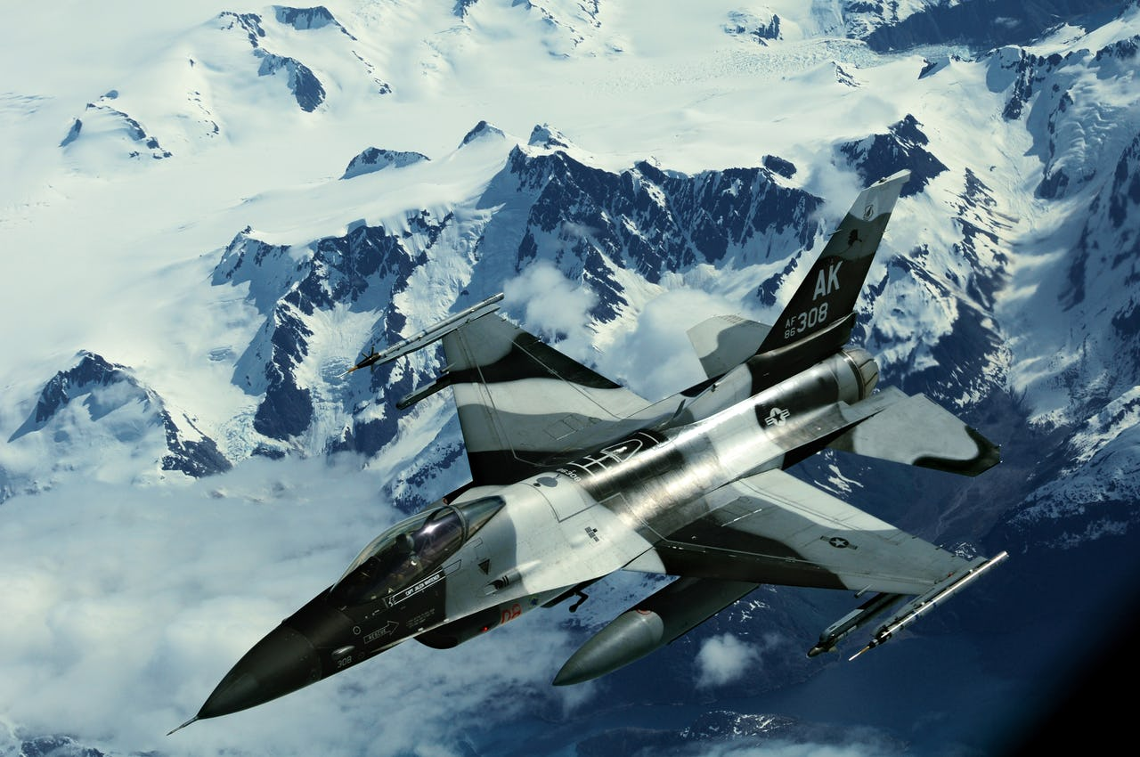 USAF_F-16C_in_Alaskan_mountain_range